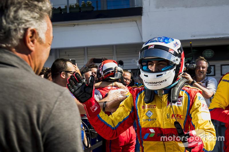 Ganador de la carrera Giuliano Alesi, Trident, con su padre Jean Alesi