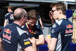 Гонщик Scuderia Toro Rosso Даниил Квят с механиками