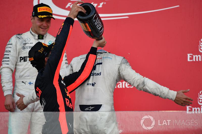 Podio: ganador de la carrera Daniel Ricciardo, Red Bull Racing y el tercer lugar Lance Stroll, Williams celebran con champán