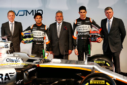 Andrew Green, Sahara Force India F1 Team Director técnico; Sergio Pérez, Sahara Force India F1; El Dr. Vijay Mallya, dueño de Sahara Force India F1; Esteban Ocon, Sahara Force India F1 Team; Robert Fernley, Sahara Force India F1 Team Subdirector equipo y e