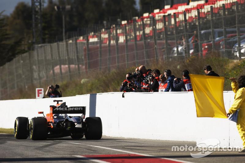 Фотографи знімають McLaren MCL32 наприкінці піт-лейну