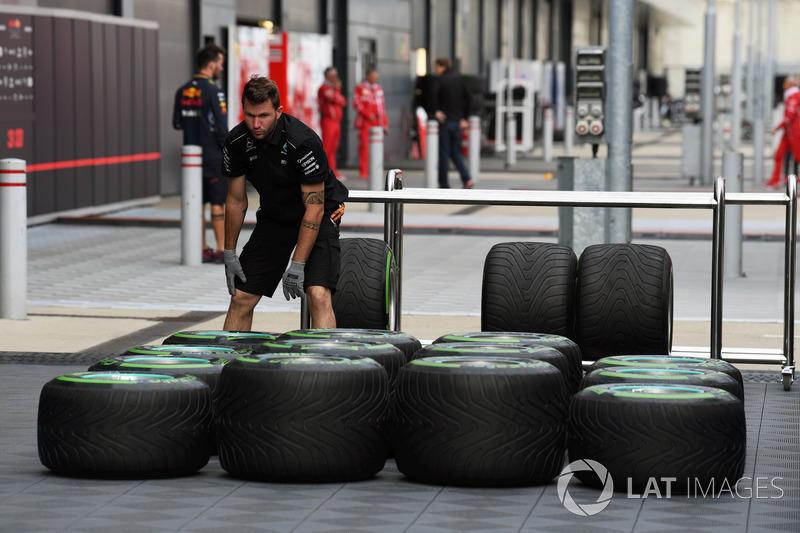 Mercedes-Mechaniker mit Pirelli-Reifen