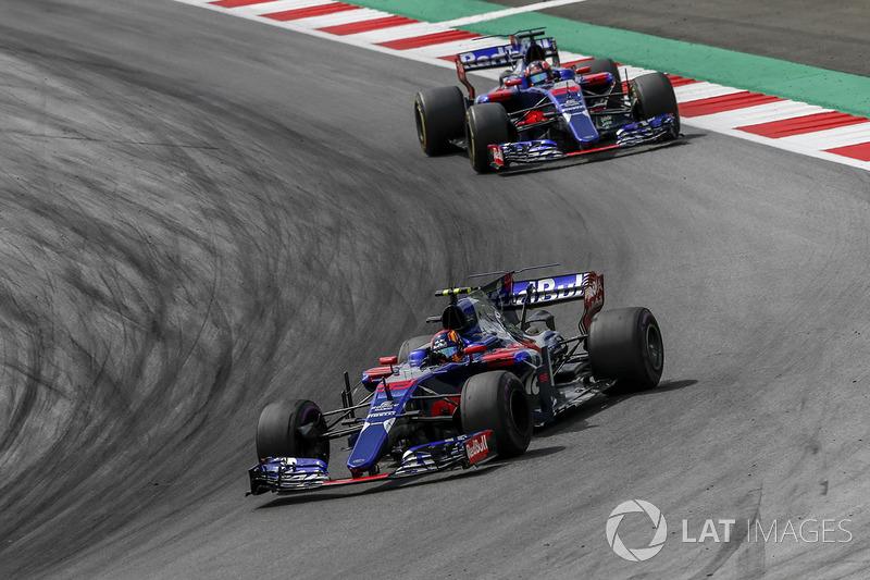 Carlos Sainz Jr., Scuderia Toro Rosso STR12 devant Daniil Kvyat, Scuderia Toro Rosso STR12
