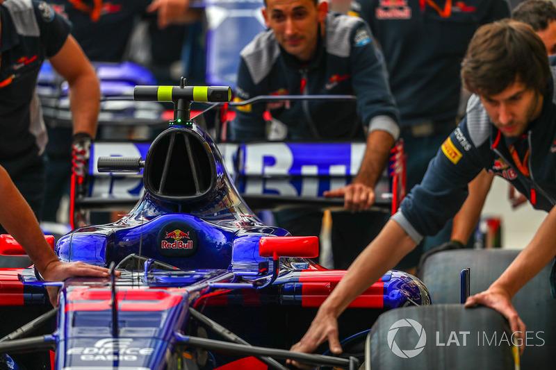 El coche de Carlos Sainz Jr., Scuderia Toro Rosso STR12 es empujado por la mecánica