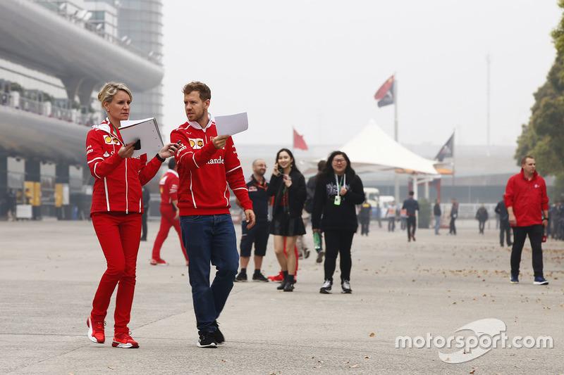 Sebastian Vettel, Ferrari, mit Britta Roeske, Pressesprecherin