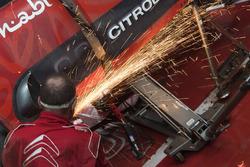 Mecánicos de Citroën en el trabajo