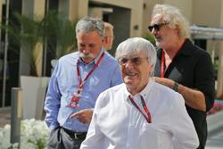 Bernie Ecclestone con Chase Carey, Presidente de Formula One Group y Flavio Briatore