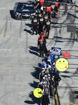 Tony Stewart, Stewart-Haas Racing es felicitado por sus compañeros