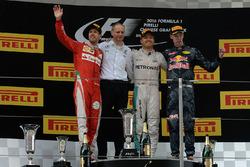 Подиум: победитель - Нико Росберг, Mercedes AMG F1 Team, второе место - Себастьян Феттель, Ferrari,