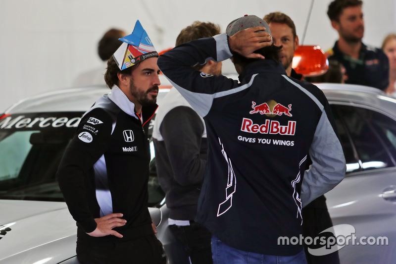 (L to R): Fernando Alonso, McLaren with Carlos Sainz Jr., Scuderia Toro Rosso on the drivers parade