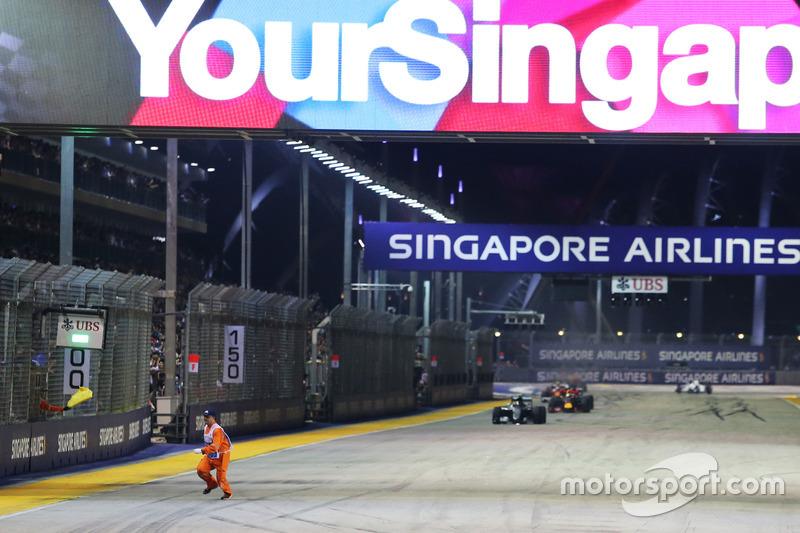 46: Гран Прі Сінгапуру. Маршал біжить попереду Ніко Росберга