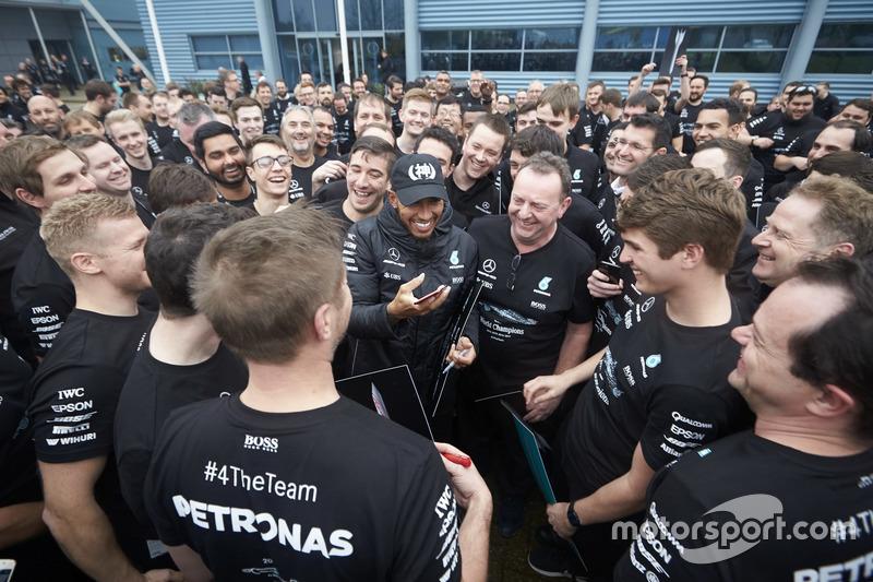 Lewis Hamilton, Mercedes AMG F1, met teamleden