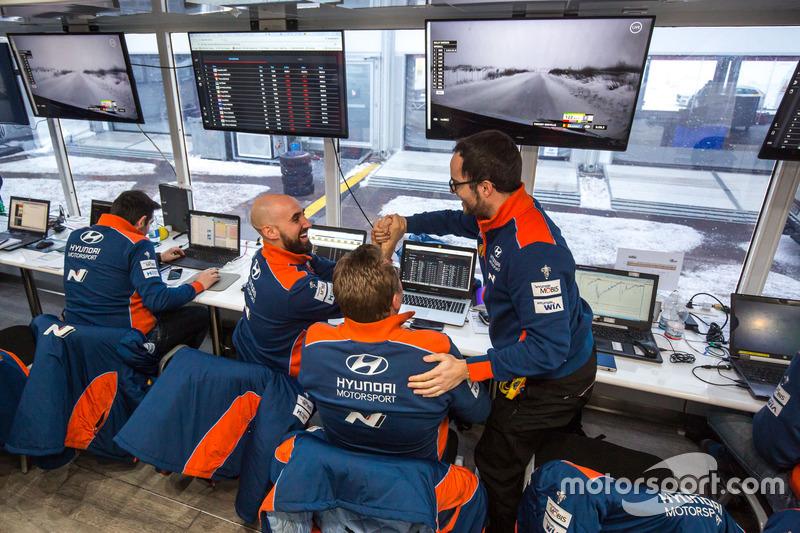 I membri del team Hyundai Motorsport festeggiano la vittoria