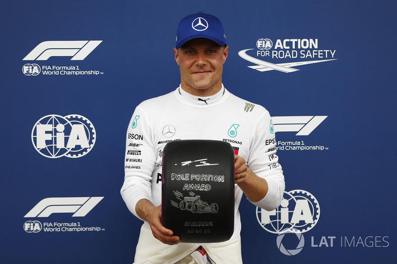 Il poleman Valtteri Bottas, Mercedes AMG F1, posa con il Pirelli pole position award