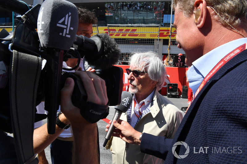 Bernie Ecclestone, parla con David Coulthard, Channel 4 F1 e Mark Webber, in griglia