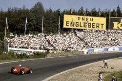 Maurice Trintignant, Maserati 250F, Eau Rouge'da
