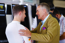 Stoffel Vandoorne, McLaren, talks to Martin Whitmarsh