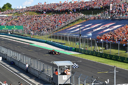 Daniel Ricciardo, Red Bull Racing RB14 takes the chequered flag
