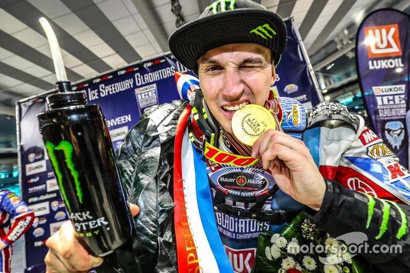 Для курганского гонщика это уже третий титул чемпиона мира в личном зачете. Ранее Колтаков становился сильнейшим ледовым мотогонщиком мира в 2015-м и 2017-м годах