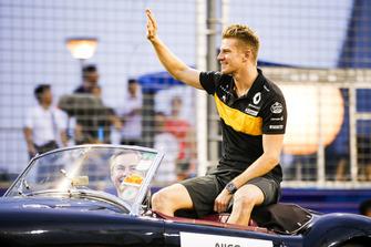 Nico Hulkenberg, Renault Sport F1 Team, waves on the drivers' parade