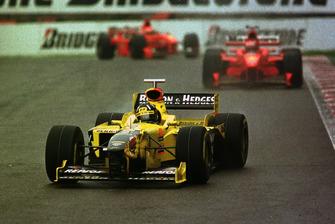 Дэймон Хилл, Jordan 198 впереди Михаэля Шумахера, Ferrari F300 и Эдди Ирвайна, Ferrari F300