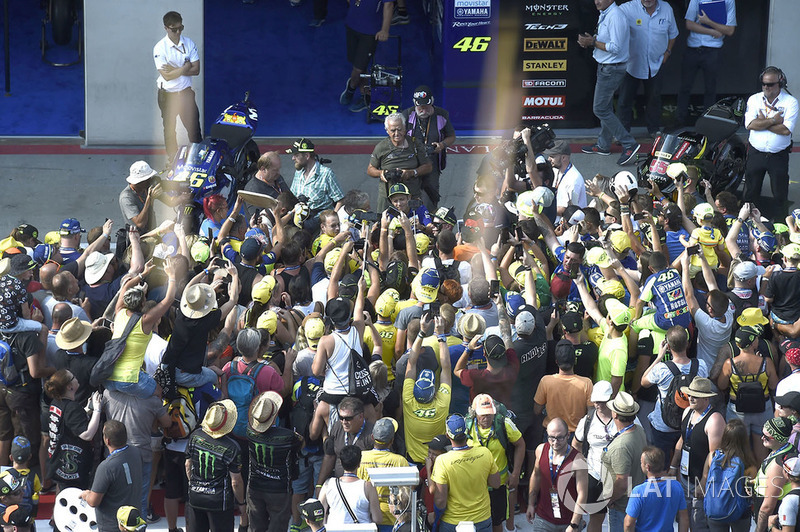 Valentino Rossi, Yamaha Factory Racingw with fans