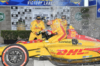 Ryan Hunter-Reay, Andretti Autosport Honda, festeggia la vittoria in victory lane