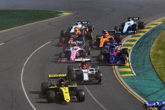 Daniel Ricciardo, Renault F1 Team R.S.19, con el alerón roto, Antonio Giovinazzi, Alfa Romeo Racing C38, Daniil Kvyat, Toro Rosso STR14, Lance Stroll, Racing Point RP19, Carlos Sainz Jr., McLaren MCL34, Pierre Gasly, Red Bull Racing RB15, George Russell, Williams Racing FW42, y Robert Kubica, Williams FW42, al inicio