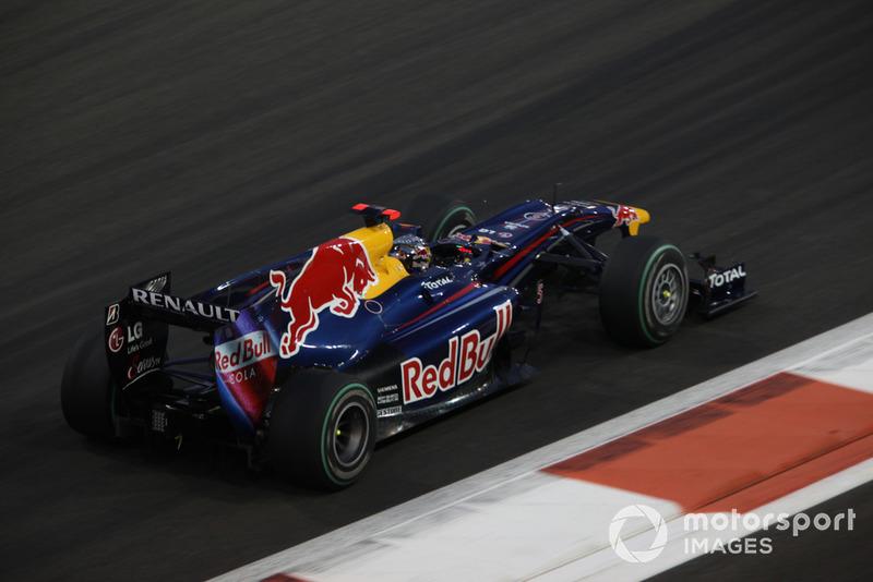 В Red Bull тут же попросили Феттеля отдать все силы и выложиться полностью, а затем тоже позвала его на пит-стоп. И это сработало – Себастьян вернулся на трассу сильно впереди Льюиса