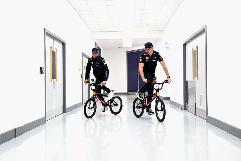 Max Verstappen, Red Bull Racing, y Daniel Ricciardo, Red Bull Racing, montan bicicletas en la fábrica