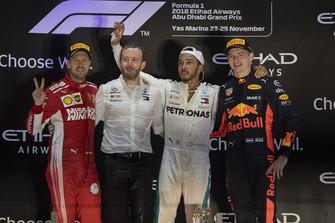 Sebastian Vettel, Ferrari, Bradley Lord, capo delle comunicazioni Mercedes-Benz Motorsport, Lewis Hamilton, Mercedes AMG F1 e Max Verstappen, Red Bull Racing, festeggiano sul podio