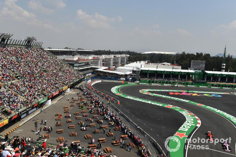 Эстебан Окон, Racing Point Force India F1 VJM11, и Кими Райкконен, Ferrari SF71H