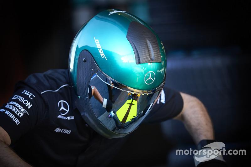 Механик Mercedes за работой
