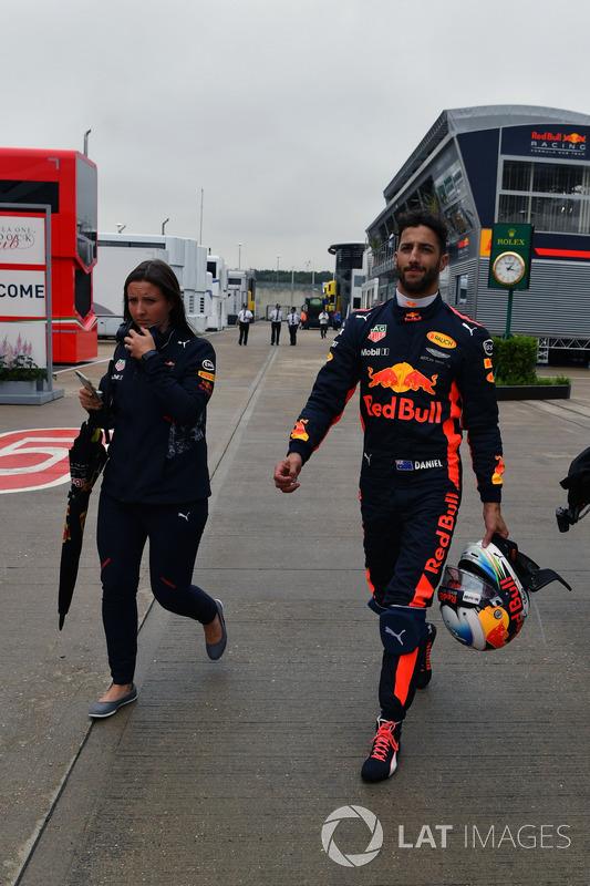 Daniel Ricciardo, Red Bull Racing camina después de parar en la pista en Q1
