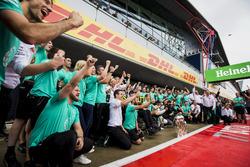 Гонщики Mercedes AMG F1 Льюис Хэмилтон и Валттери Боттас празднуют дубль вместе с командой
