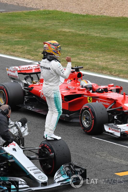 Ganador de la pole Lewis Hamilton, Mercedes-Benz F1 W08 celebra en parc ferme