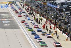 Kevin Harvick, Stewart-Haas Racing Ford and Denny Hamlin, Joe Gibbs Racing Toyota