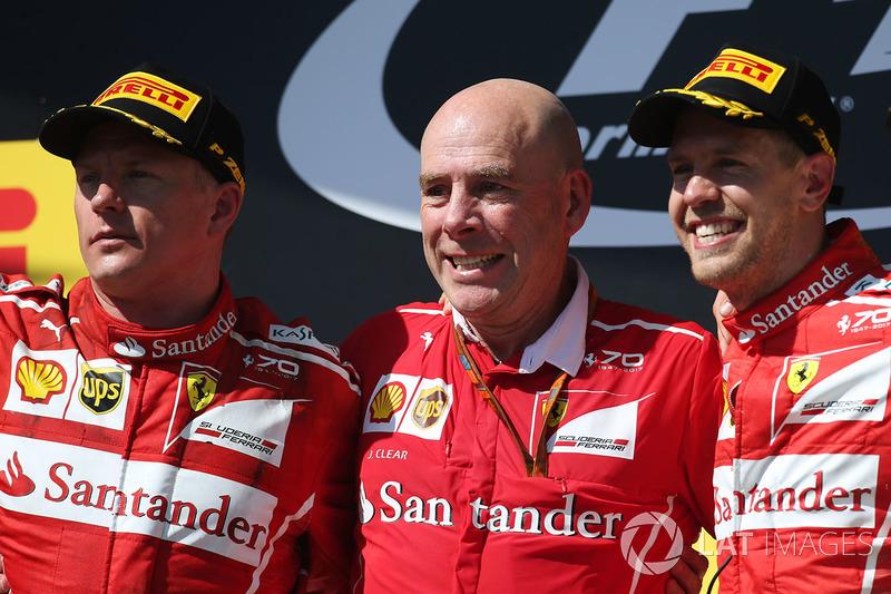 Podio: ganador de la carrera Sebastian Vettel, Ferrari, segundo lugar Kimi Raikkonen, Ferrari, Jock Clear, Director de ingeniería, Ferrari