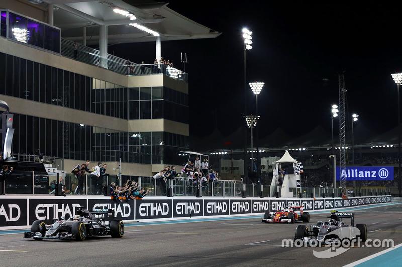 Damalı bayrak: Yarış galibi Lewis Hamilton, Mercedes AMG F1 W07 Hybrid, ikinci sıra ve Dünya Şampiyonu Nico Rosberg, Mercedes AMG F1 W07 Hybrid