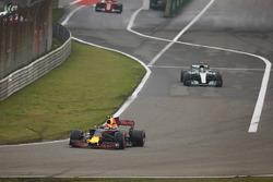 Max Verstappen, Red Bull Racing RB13, lidera a Valtteri Bottas, Mercedes AMG F1 W08 y Sebastian Vettel, Ferrari SF70H