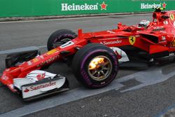 Kimi Raikkonen, Ferrari SF70-H met een brandende voorrem