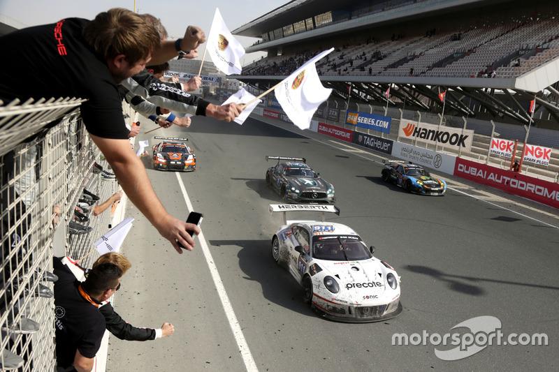 Ganador de la carrera #911 Herberth Motorsport Porsche 991 GT3 R: Daniel Allemann, Ralf Bohn, Robert Renauer, Alfred Renauer, Brendon Hartley