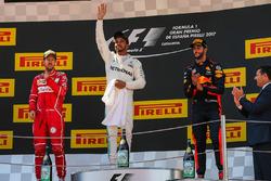 Подиум: победитель гонки Льюис Хэмилтон, Mercedes AMG F1, второе место Себастьян Феттель, Ferrari, третье место Даниэль Риккардо, Red Bull Racing
