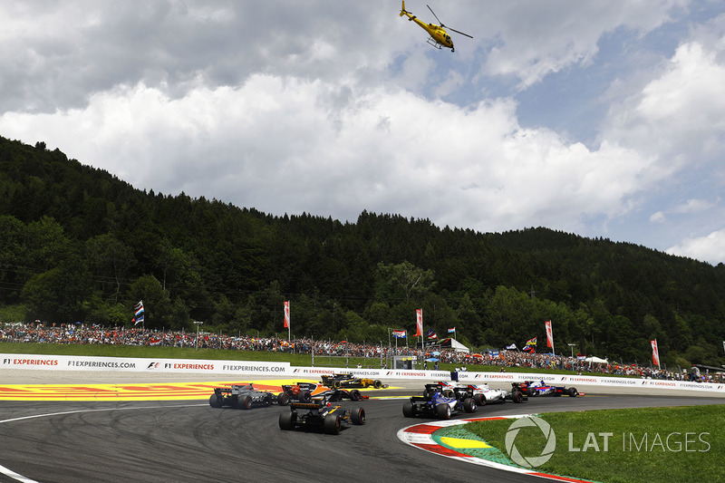 Nico Hulkenberg, Renault Sport F1 Team RS17, chases the pack