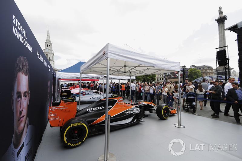 McLaren MCL32, Williams FW40