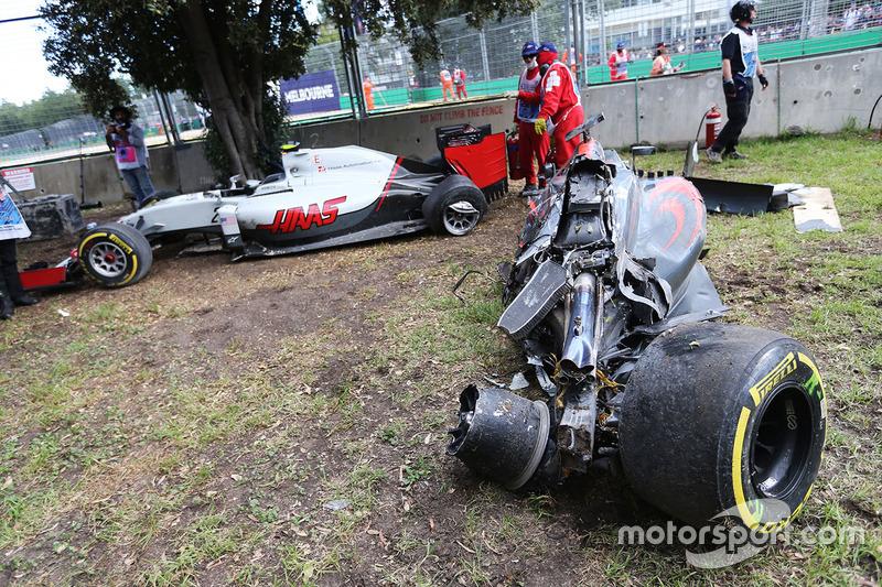 El McLaren MP4-31 de Fernando Alonso, McLaren y el Haas VF-16 de Esteban Gutierrez, Haas F1 Team depués del accidente