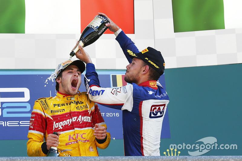 Il vincitore della gara Antonio Giovinazzi, PREMA Racing, il terzo classificato Luca Ghiotto, Trident