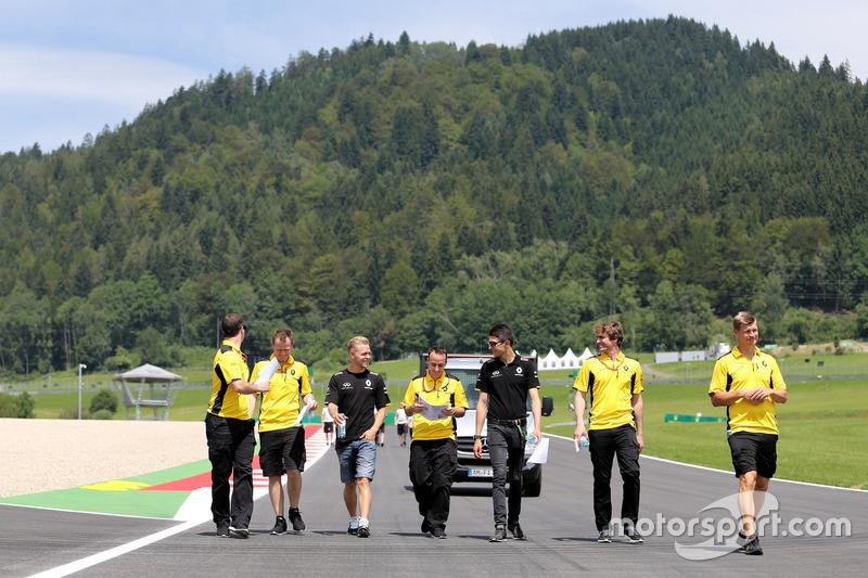 Kevin Magnussen, Renault Sport F1 Team and Esteban Ocon, Third Driver, Renault Sport F1 Team