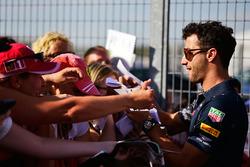 Daniel Ricciardo, Red Bull Racing firma de autógrafos para los fans