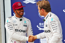 Lewis Hamilton, de Mercedes AMG F1 celebra su posición de pole con el tercer puesto y compañero Nico
